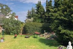 Blick-vom-Balkon-in-den-Garten